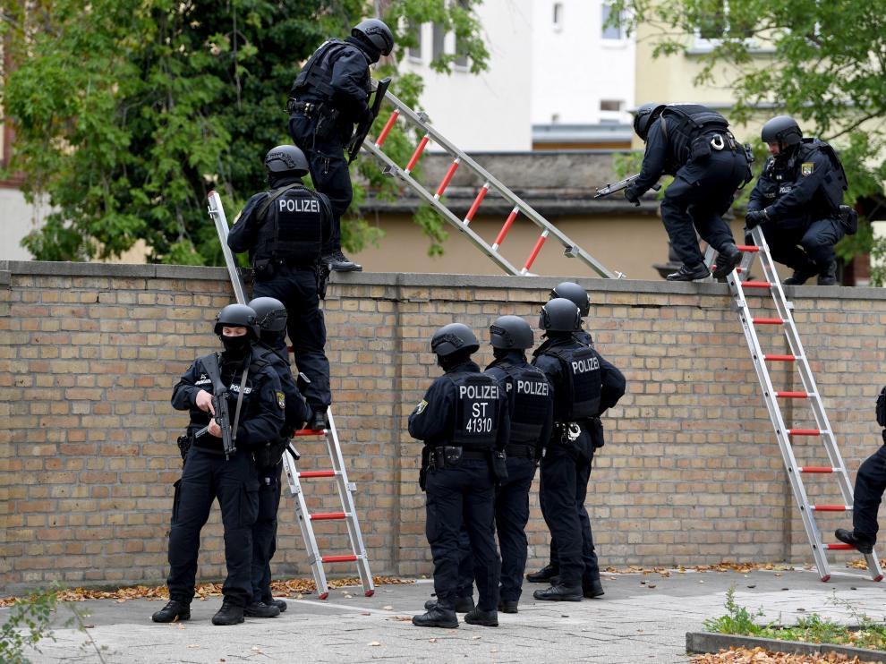 La policía alemana participa en el operativo de este tiroteo.