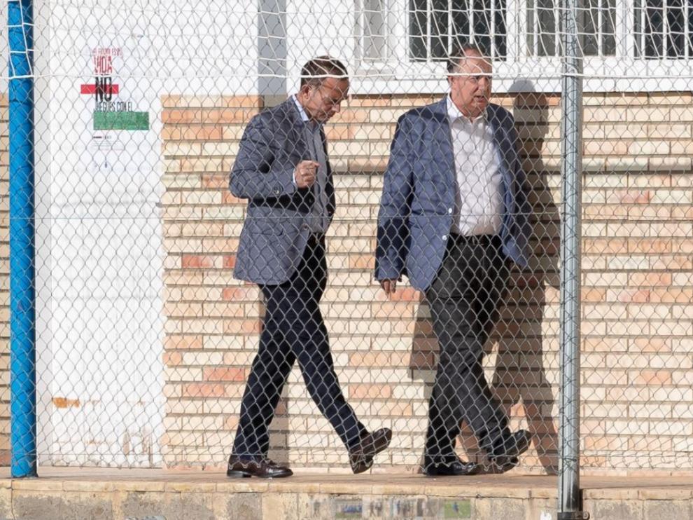Christian Lapetra (izda.), acompañado por el responsable de comunicación del Real Zaragoza, Miguel Gay, en el pasillo de vestuarios de la Ciudad Deportiva antes de que el presidente entrase a la caseta para charlar durante 10 minutos con jugadores y técnicos.