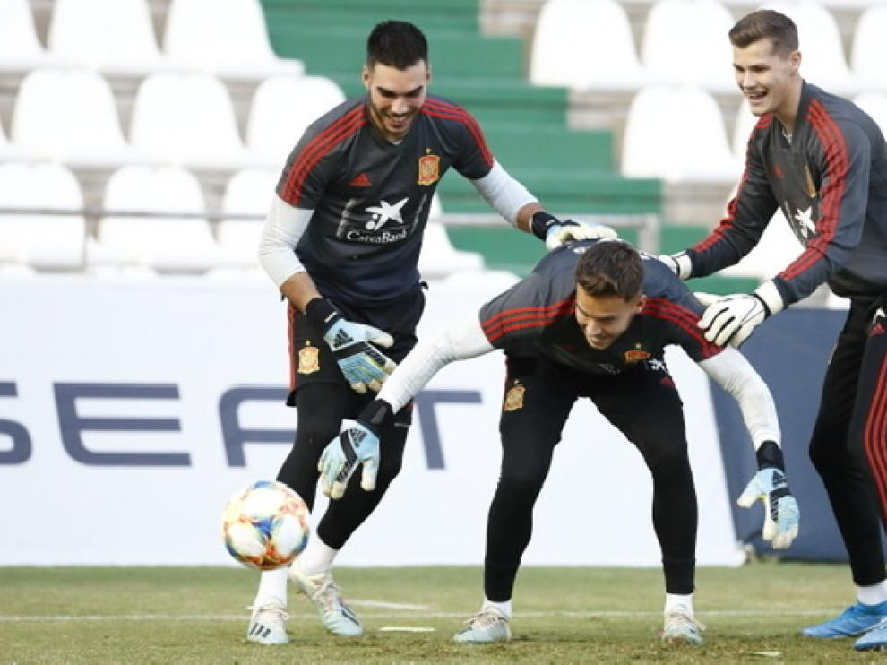 Álvaro, en el centro de la imagen, con sus compañeros de puesto.