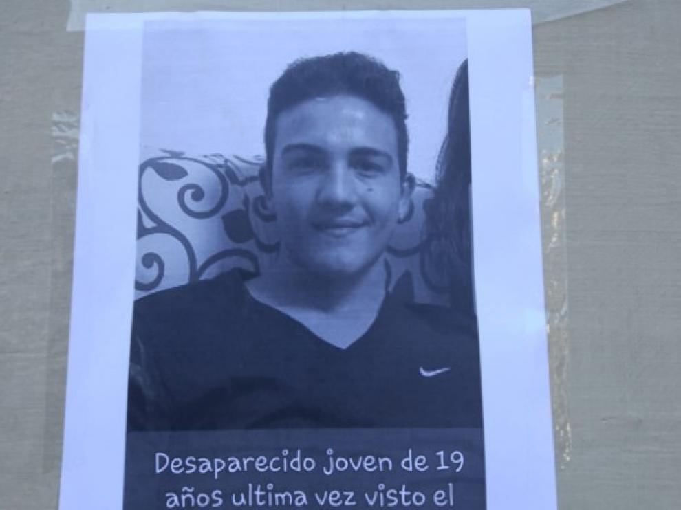 Cartel colocado en el centro de Zaragoza por la familia del joven desaparecido.