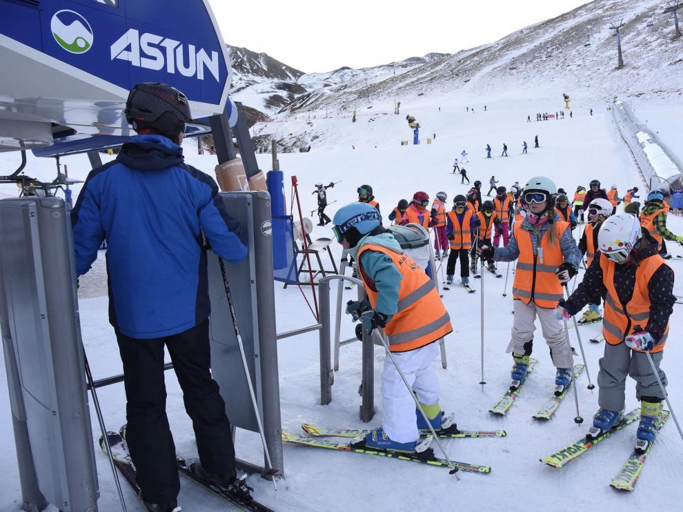 Escolares participantes en la campaña de esquí del curso pasado en la estación de Astún