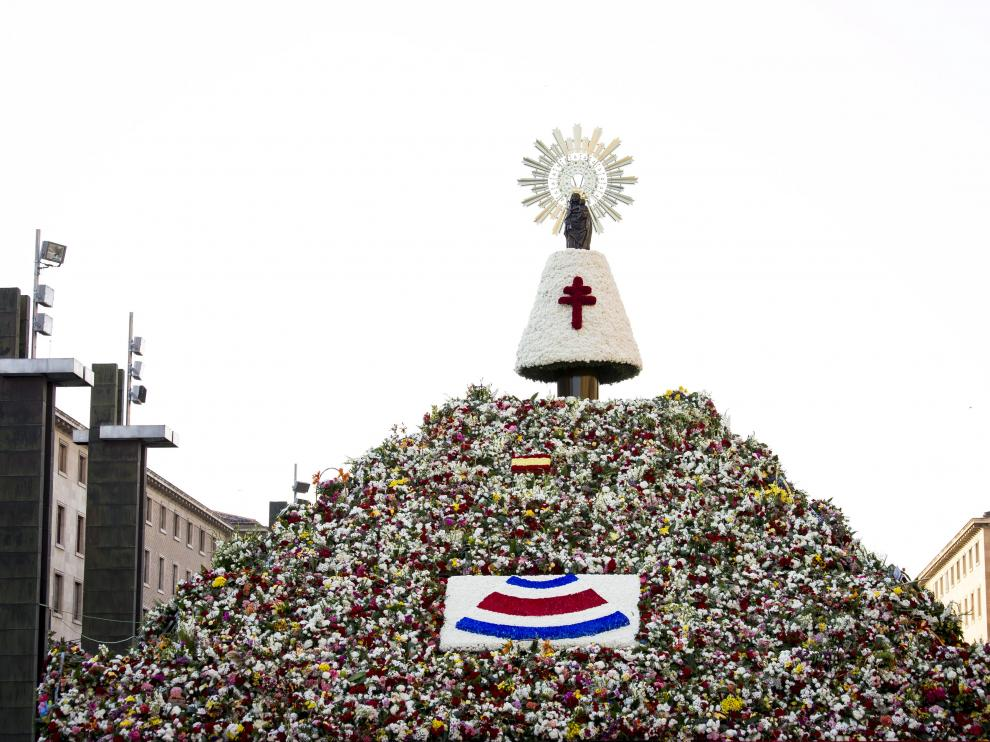 La Virgen del Pilar con el manto de flores de color blanco el día de la Ofrenda de 2017