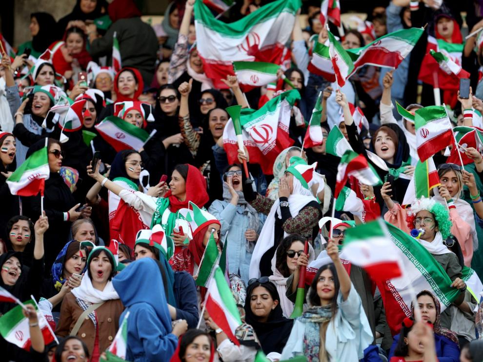 Las mujeres asisten por primera vez desde 1979 a un partido de fútbol en Teherán