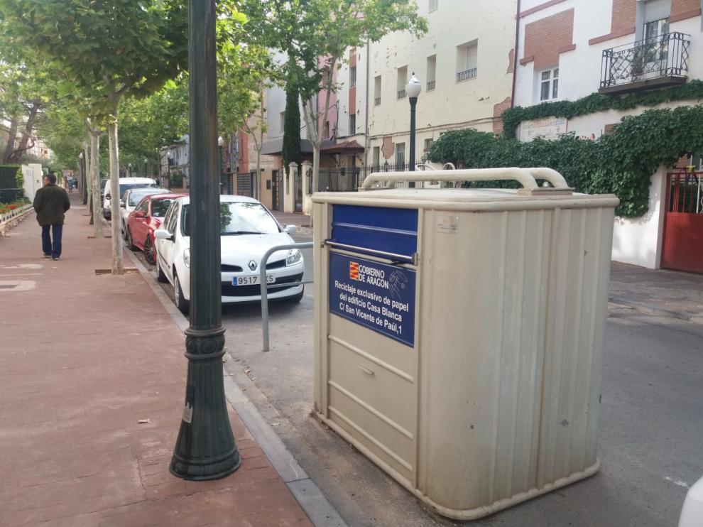 Contenedor para la recogida de papel y cartón en una calle del Ensanche de Teruel.