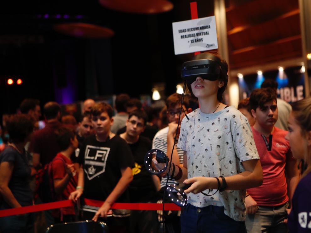 Adolescentes en el Pilar Joven en fiestas, en la cita con los videojuegos en la Multiusos.