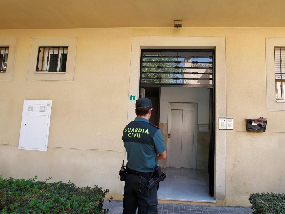 Un guardia civil vigila la vivienda de la detenida