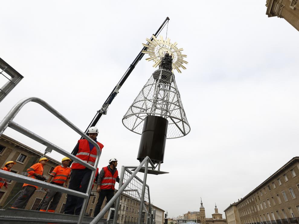 La imagen de la Virgen del Pilar ya corona la estructura de la plaza, a la espera de que este sábado tenga lugar la tradicional y multitudinaria Ofrenda de Flores.