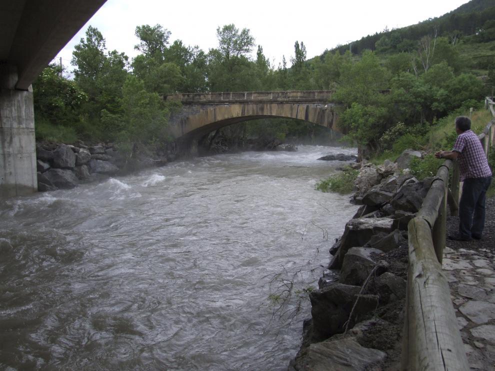 Crecida del río Aragón por el deshielo cerca de Jaca.