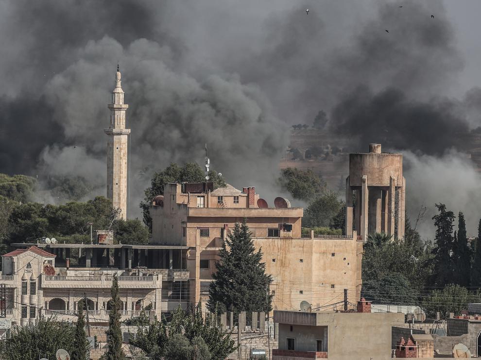 Imagen de varias columnas de humo tras los bombardeos turcos sobre territorio sirio, este jueves en Sanliurfa (Turquía).