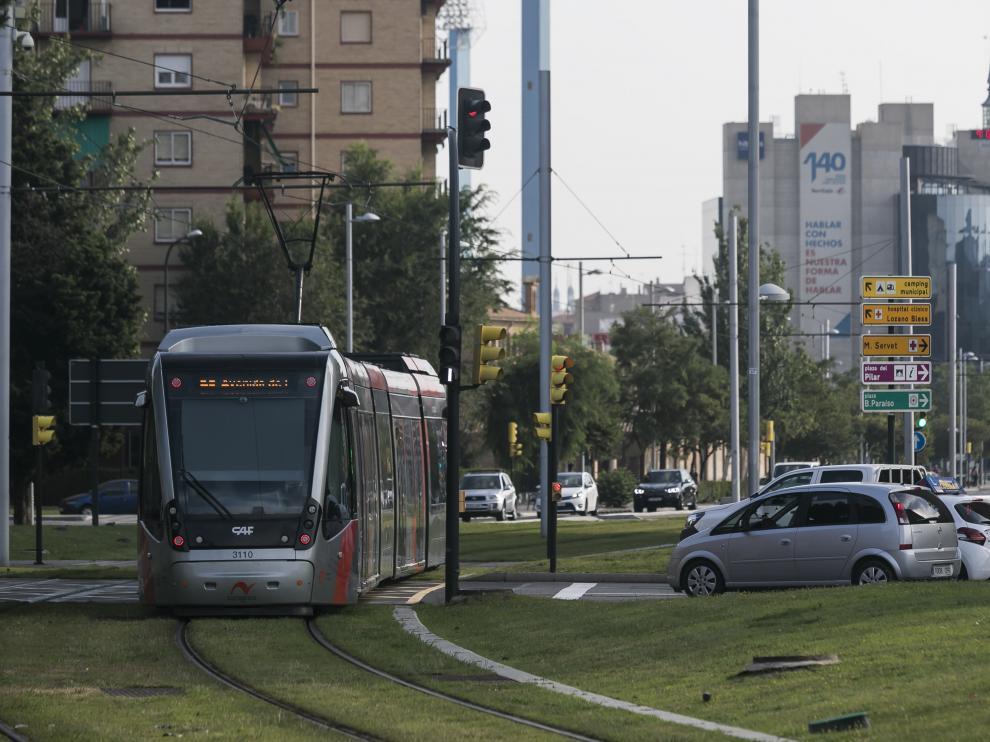 El tranvía de Zaragoza, a su paso por la rotonda de Toulouse.