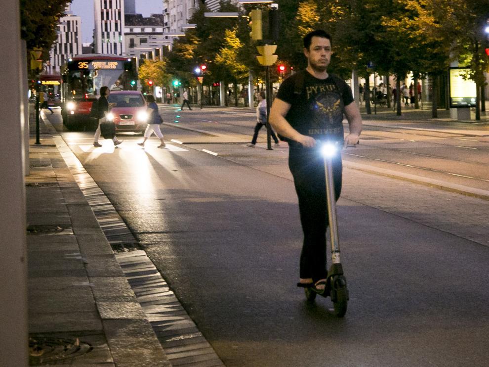 Un usuario de patinete, por el paseo de la Independencia.