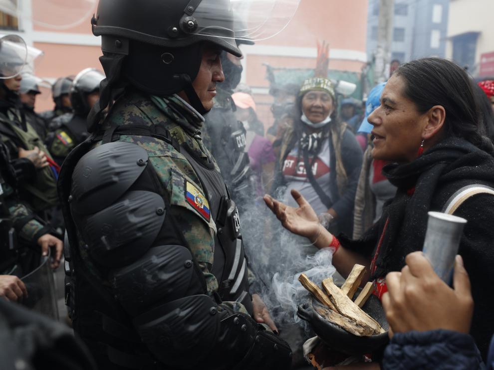 Una mujer se dirige a un uniformado durante las últimas protestas