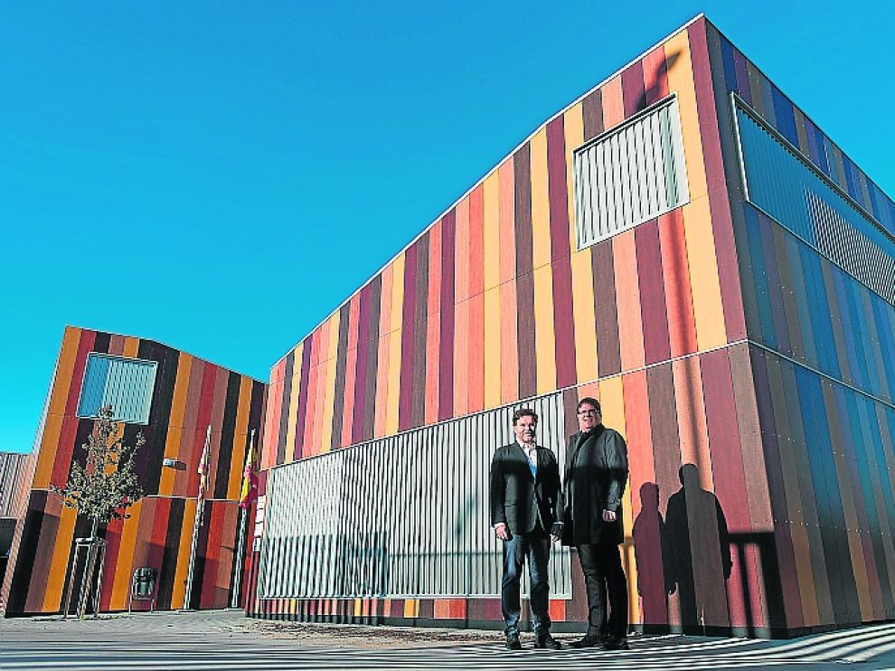 Jaime y Francisco Javier, ante el colegio de Arcosur.