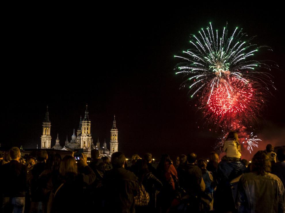 Fuegos artificiales desde el puente de Hierro en la traca final de las Fiestas del Pilar en Zaragoza