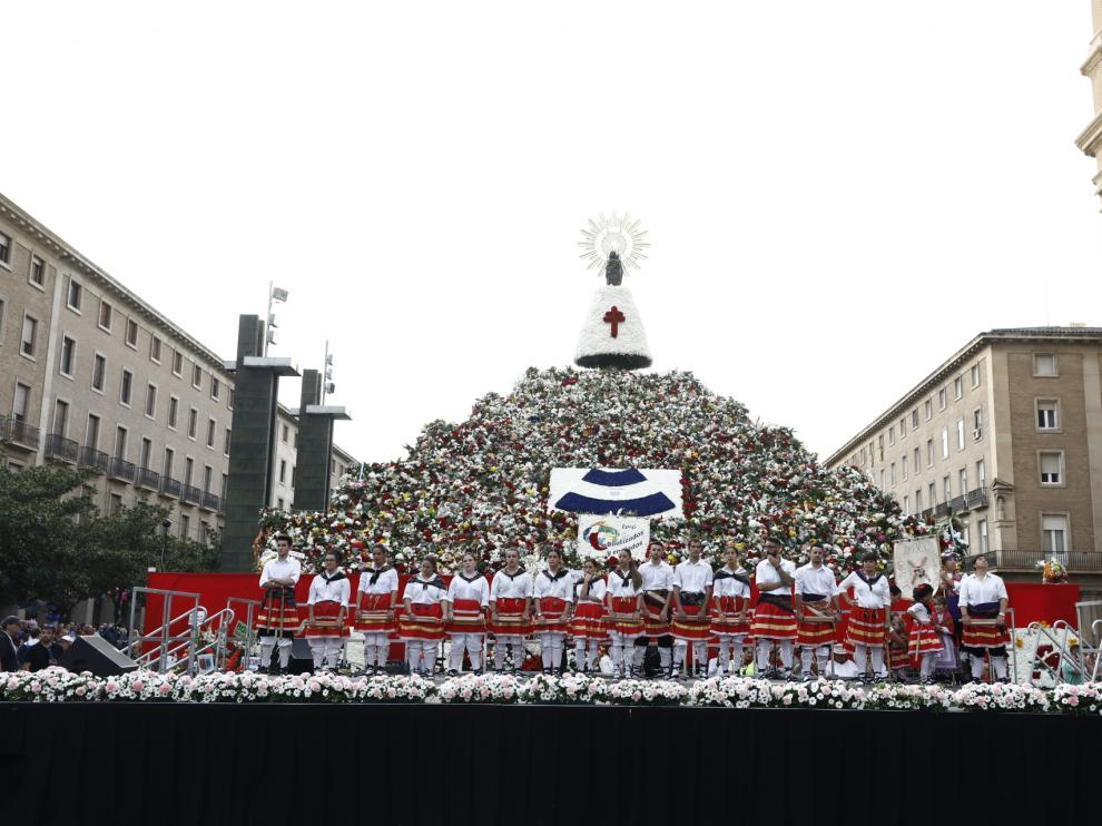 Los danzantes de Ambel, parados en el escenario de la plaza del Pilar durante los cinco minutos de condena.
