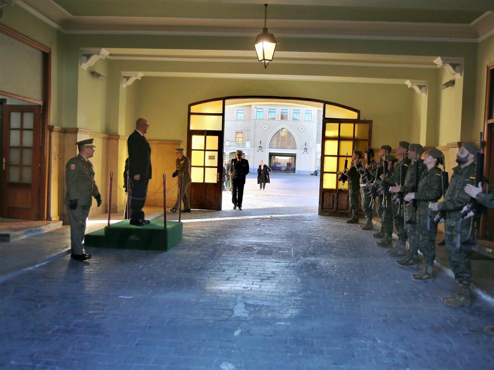 Recibimiento del secretario de Estado de Defensa, Ángel Olivares, en el cuartel Sancho Ramírez