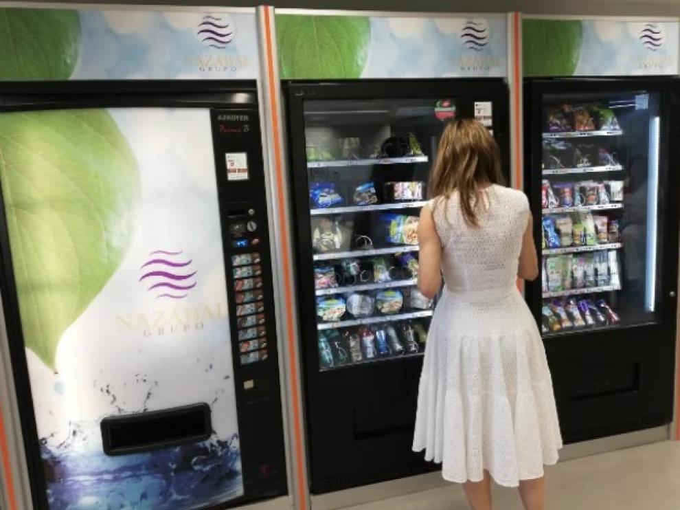 Una máquina expendedora en un centro de trabajo.