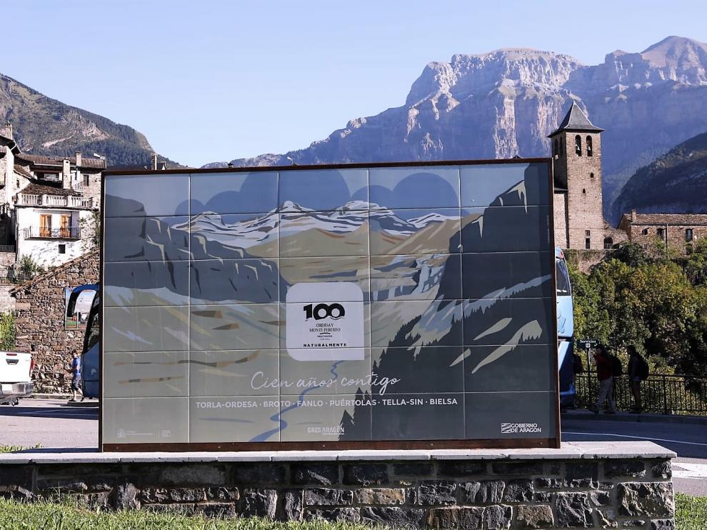Uno de los murales colocados en las entradas al Parque de Ordesa con motivo de su centenario