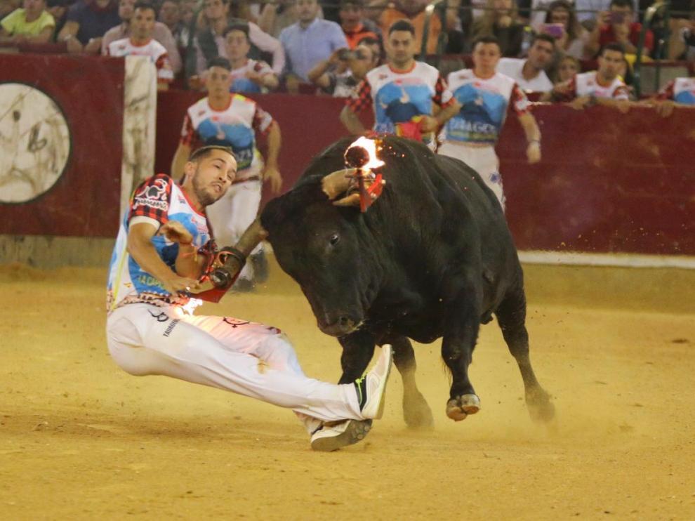 Cogida de Aguilucho en el concurso de recortes del toro de fuego en la Misericordia
