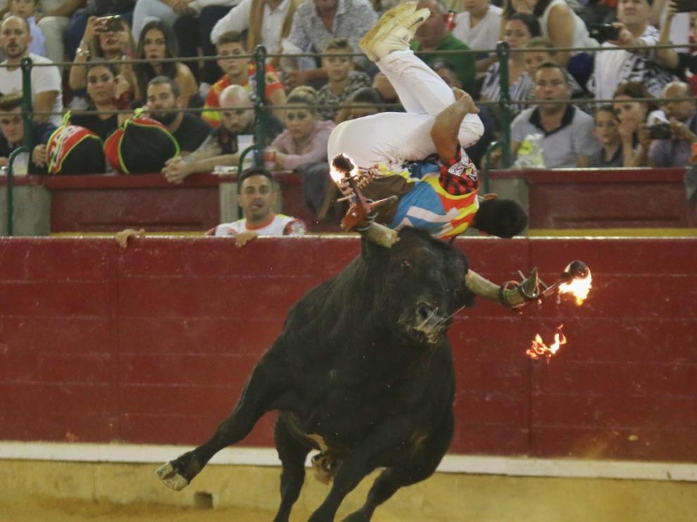 Espectacular salto con tirabuzón de Pakito Murillo al toro de la final.