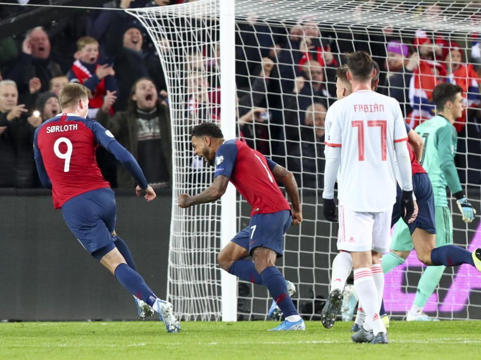 Los noruegos celebran el gol del empate en el partido contra la selección española en Oslo.