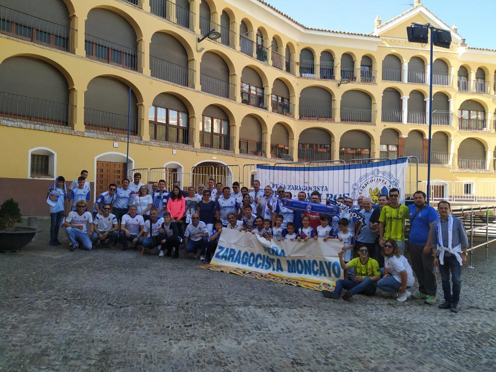 Miembros de ambas peñas posan en la plaza de Toros Vieja de Tarazona antes de su viaje conjunto a Soria.