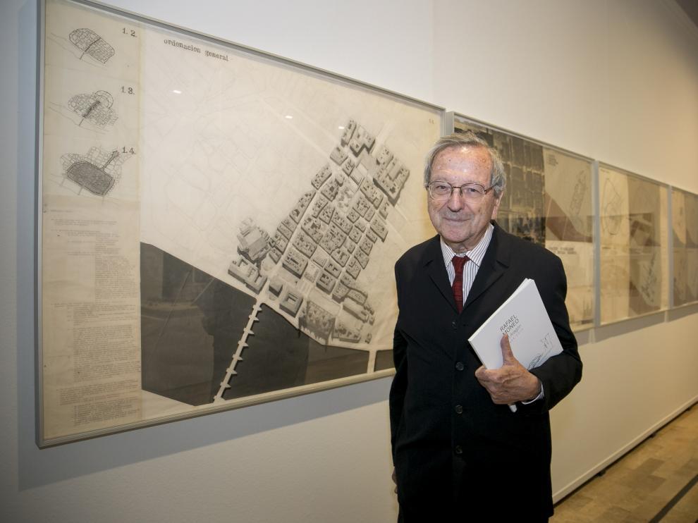 El arquitecto navarro Rafael Moneo, ante uno de sus proyectos que forman parte de la exposición