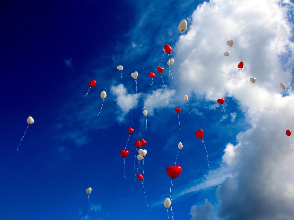 Globos lanzados al aire tras una boda.