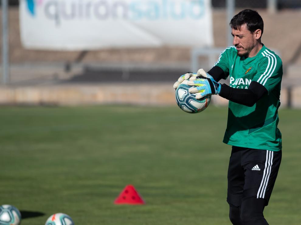 Cristian Álvarez ataja un balón durante un entrenamiento del equipo en la Ciudad Deportiva.