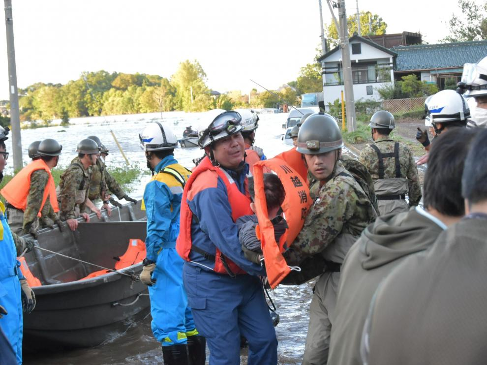 Rescue workers help residents evacuate an area after Typhoon Hagibis swept through Kawagoe, Saitama prefecture, Japan October 13, 2019 in this photo obtained from social media. JGSDF via REUTERS THIS IMAGE HAS BEEN SUPPLIED BY A THIRD PARTY. MANDATORY CREDIT. REFILE - REMOVING RESTRICTION [[[REUTERS VOCENTO]]]