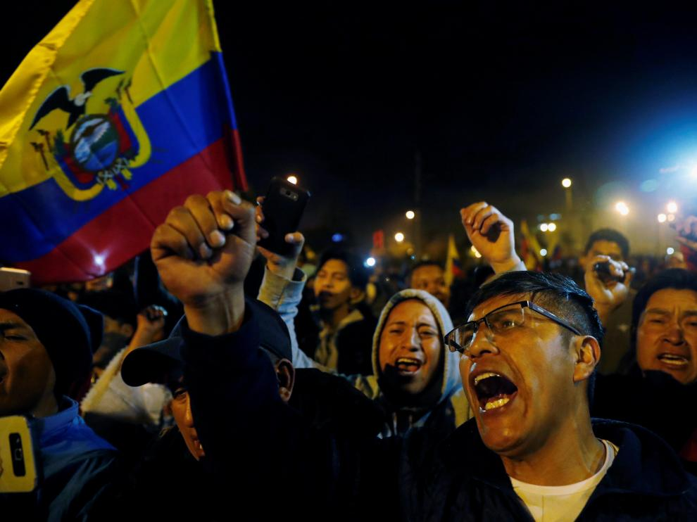 People celebrate on the street after the government of Ecuadorian President Lenin Moreno agreed to repeal a decree that ended fuel subsidies in Quito, Ecuador October 13, 2019. REUTERS/Carlos Garcia Rawlins [[[REUTERS VOCENTO]]] ECUADOR-PROTESTS/