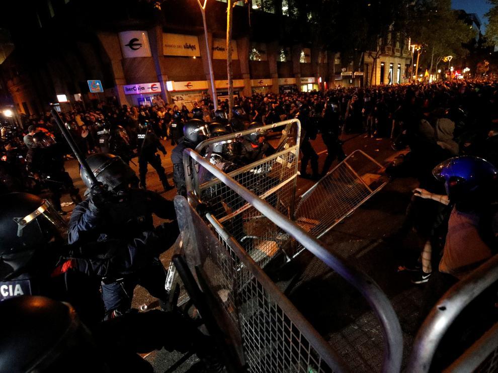 Cargas policiales, este martes, junto a la Delegación de Gobierno en Barcelona.