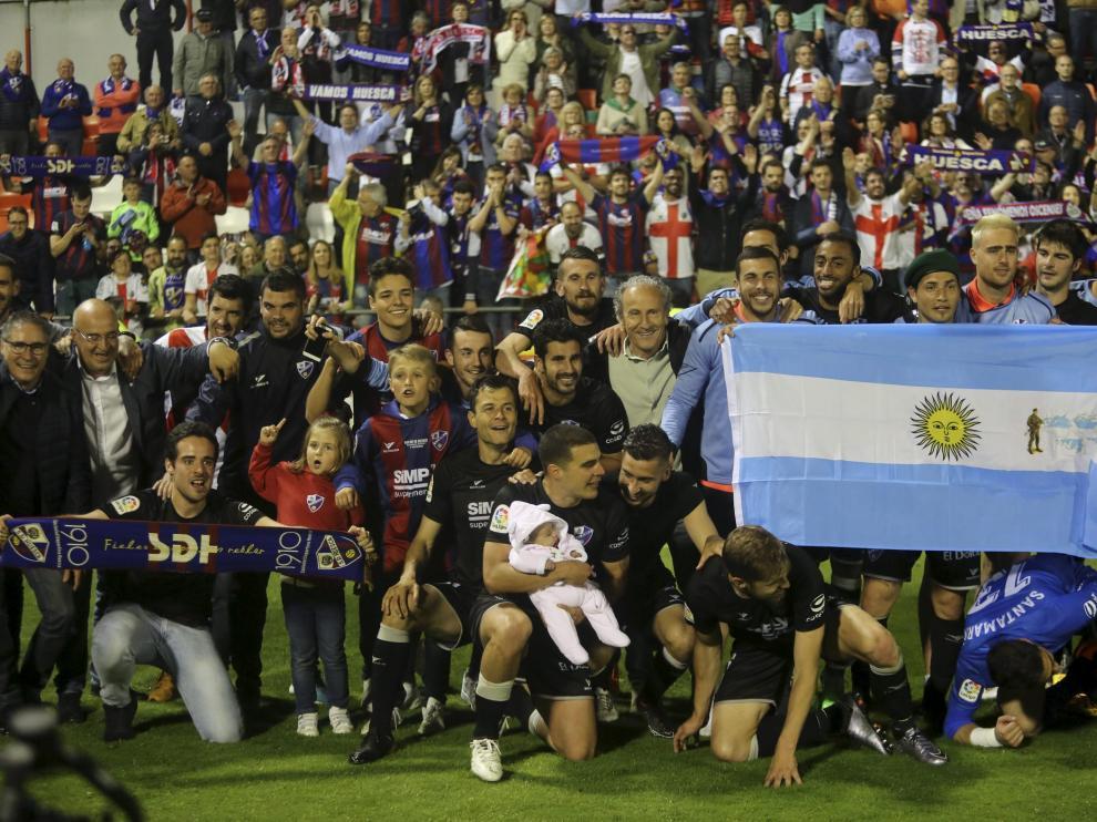 Celebración del ascenso de la SD Huesca en Lugo.
