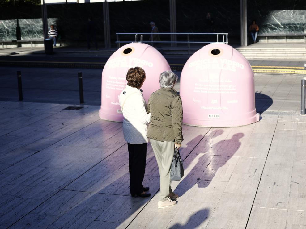 Contenedores rosas contra el cáncer de mama en la plaza de la Seo de Zaragoza.