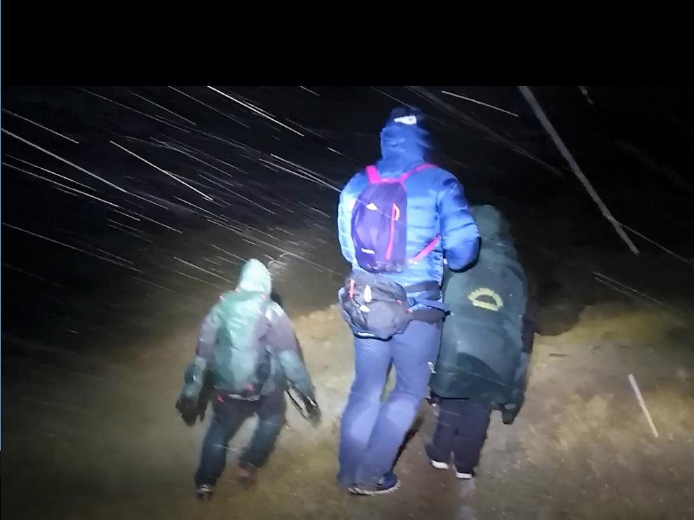 Los especialistas llegaron a las 22.30 hasta el lugar donde estaban los montañeros.