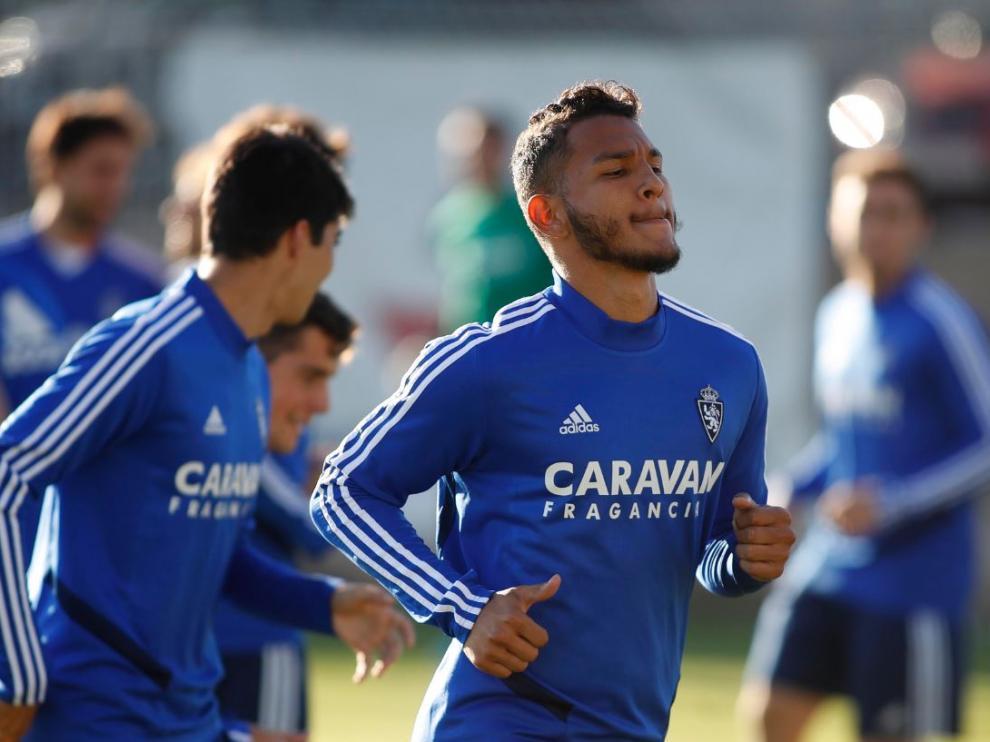 Luis Suárez, en el entrenamiento vespertino de este martes, con gesto preocupado por su situación física.