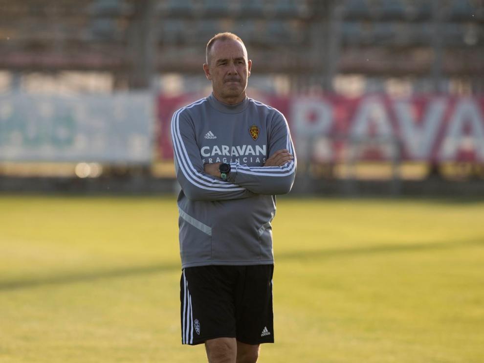Víctor Fernández, pensativo y solo, en el entrenamiento de este martes por la tarde antes del viaje a Fuenlabrada.