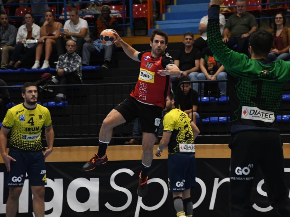 Adria Pérez, del Bada Huesca, se dispone a disparar en el partido contra el Bidasoa.