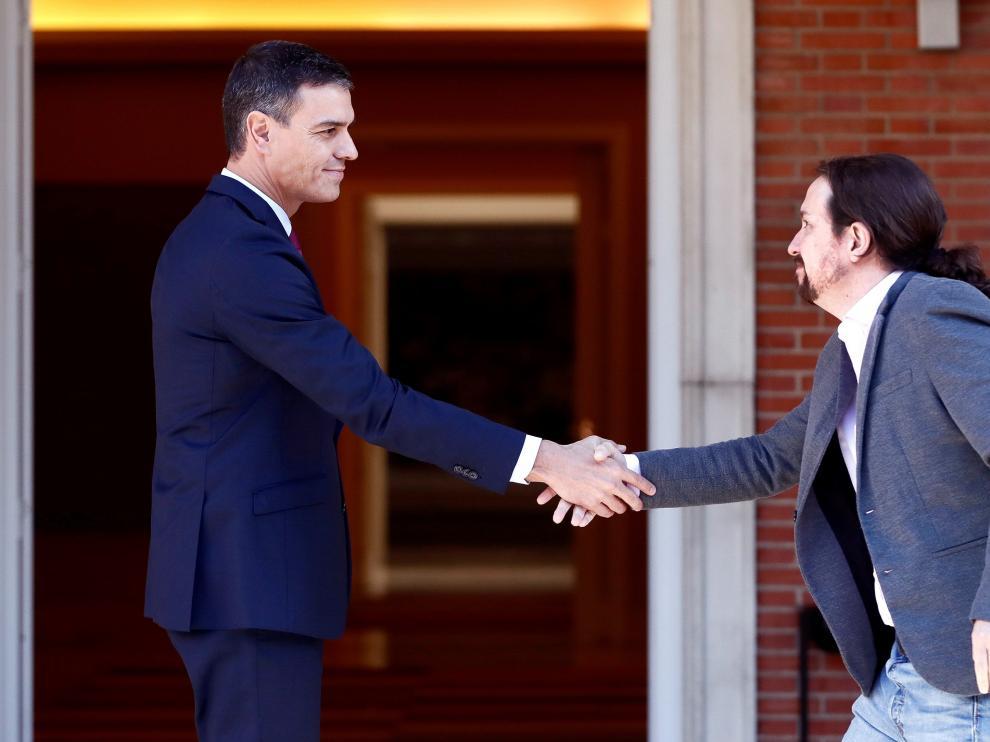 El presidente del Gobierno en funciones, Pedro Sánchez (i), recibe al líder de Unidas Podemos, Pablo Iglesias (d), este miércoles en el Palacio de la Moncloa