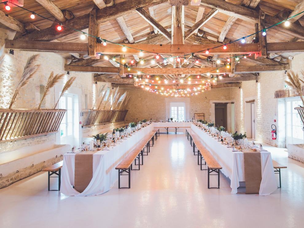 Un salón preparado para el convite de celebración.