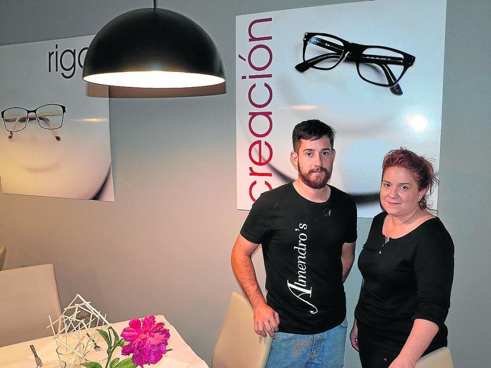 Javier y Olga Gascón, en el comedor del restaurante Almendro's, en Calanda (Teruel).