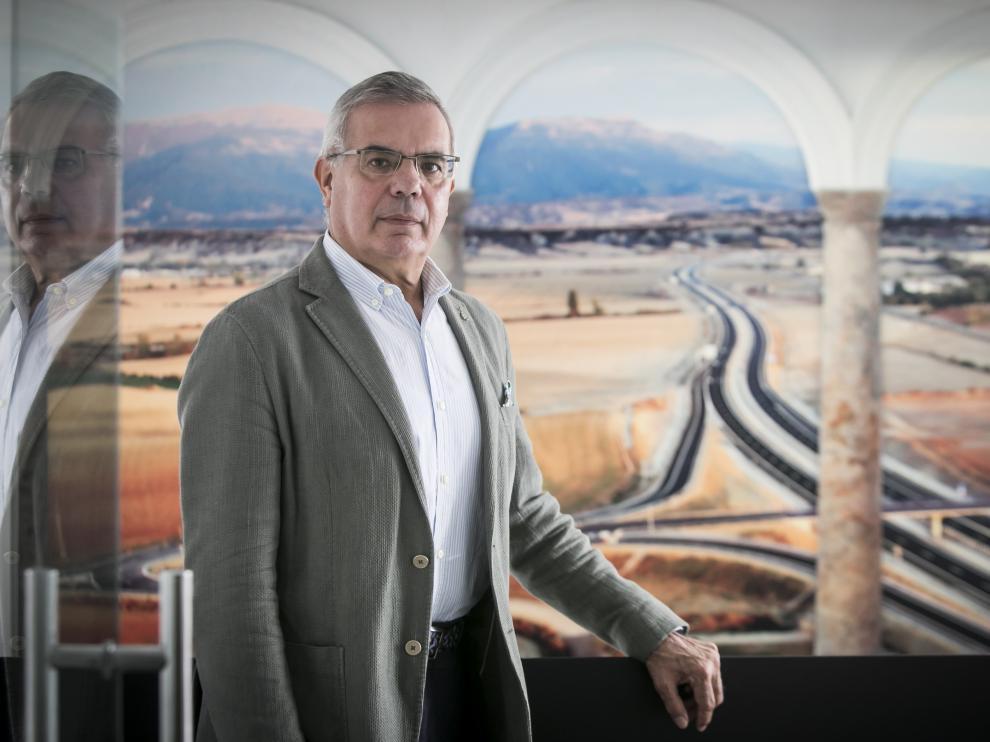López Guarga con una imagen de la A-23 entre Sabiñánigo y Jaca en las oficinas de la Demarcación de Carreteras en Zaragoza.