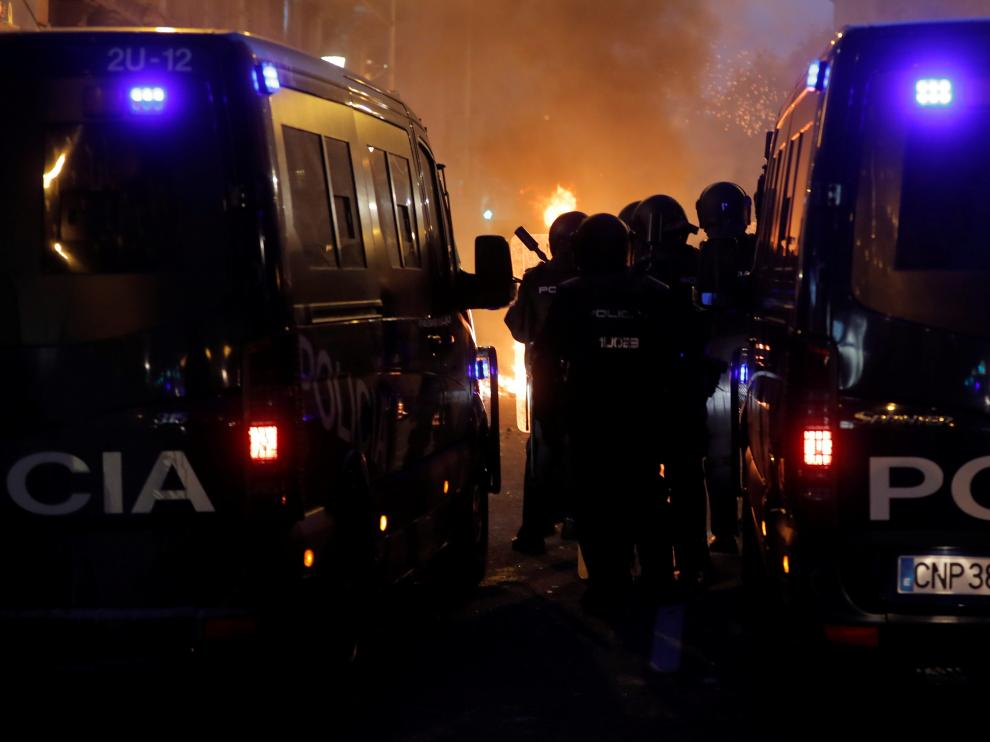 Riot police stand guard next to two police vans during Catalonia's general strike in Barcelona, Spain, October 18, 2019. REUTERS/Juan Medina [[[REUTERS VOCENTO]]] SPAIN-POLITICS/CATALONIA-STRIKE