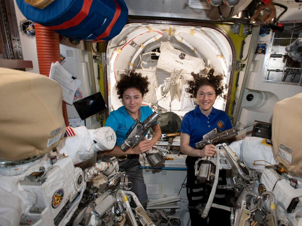 U.S. astronauts Jessica Meir (L) and Christina Koch pose in the International Space Station in a photo released October 17, 2019. NASA/Handout via REUTERS. THIS IMAGE HAS BEEN SUPPLIED BY A THIRD PARTY. [[[REUTERS VOCENTO]]]