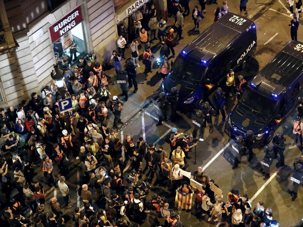 Centenares de personas frente a la Policía en Vía Laietana