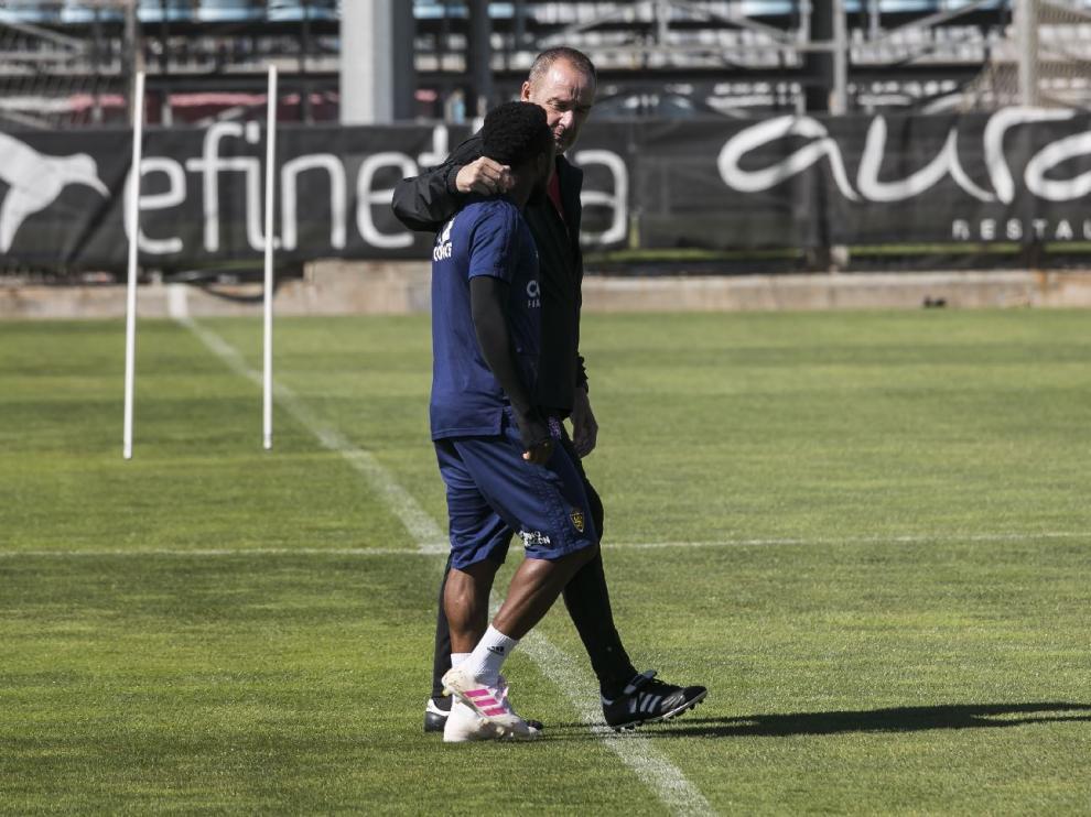 Víctor Fernández en un vis a vis, a solas, con James Igbekeme en el campo de entrenamientos del Real Zaragoza.