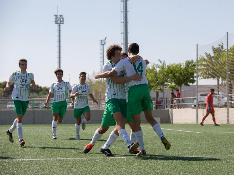Jugadores de El Olivar Liga Nacional celebran un tanto.