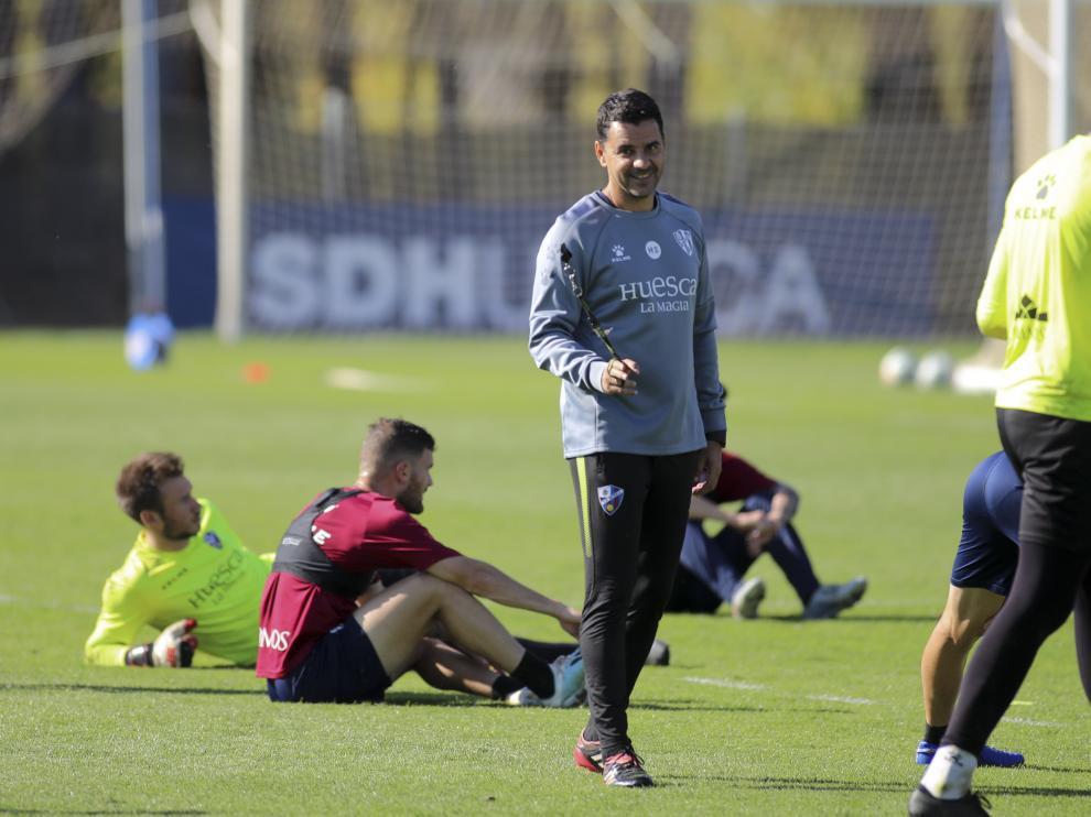 El técnico Míchel Sánchez, durante un entrenamiento de la SD Huesca.
