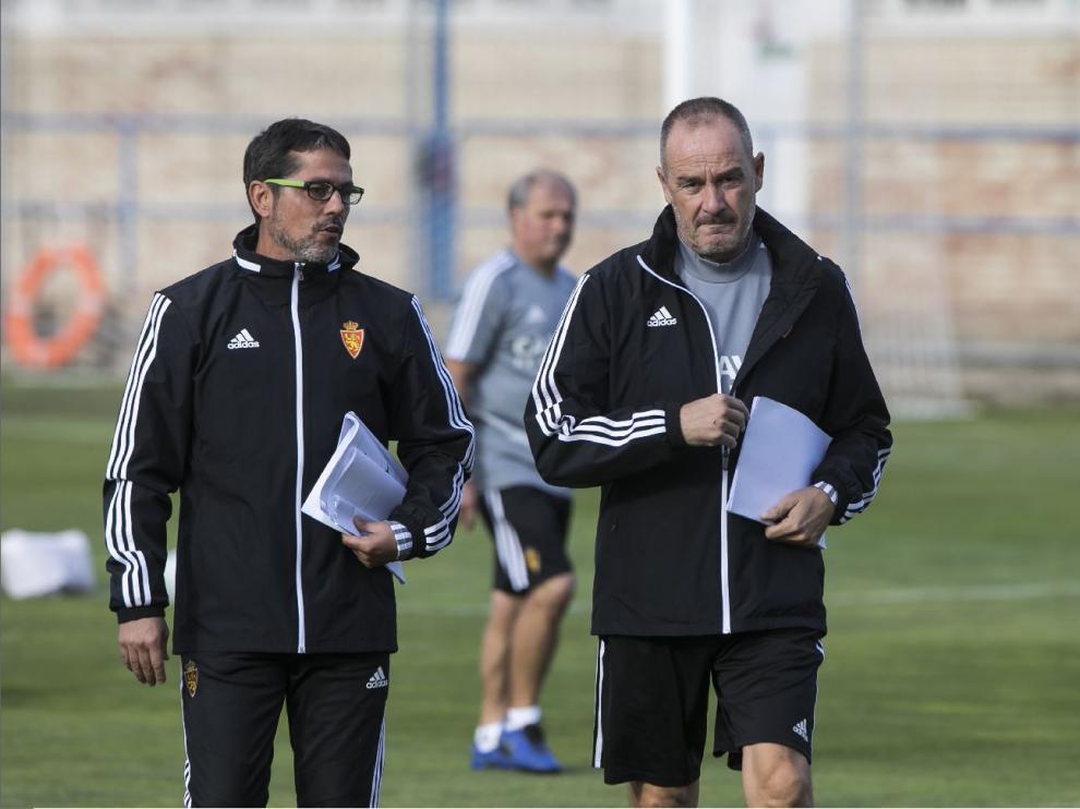 Víctor Fernández y su segundo, José Luis R. Loreto, charlan al inicio del entrenamiento de este sábado.