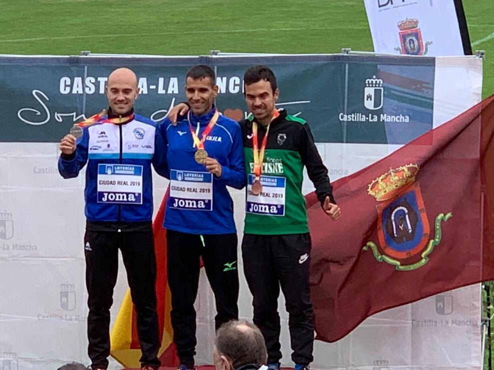 Alberto Puyuelo, a la derecha, en el podio del Campeonato de España de maratón.